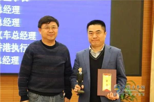 长安大学汽车学院院长余强为东风商用车总经理杨青代表颁奖