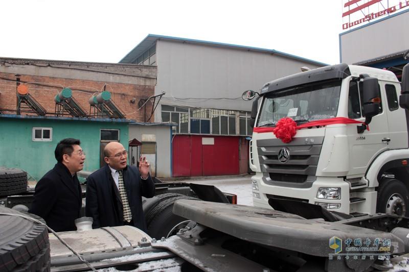 2017年1月15日,中国重汽&长久物流50台豪翰轿运车交车仪式在京举行,来自中国重汽销售部和长久物流的双方高层领导共同见证二者十余年合作的友谊结晶。