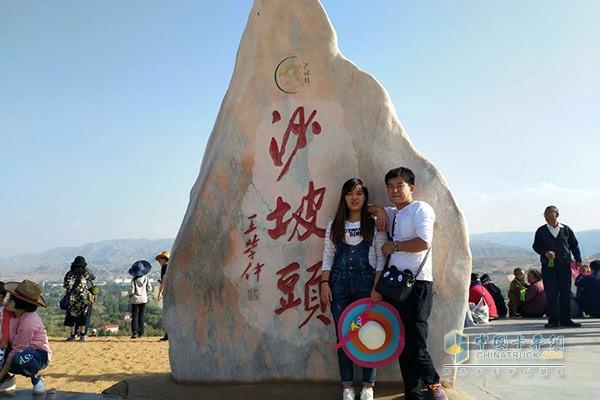 魏凯和爱人在旅游景点合影
