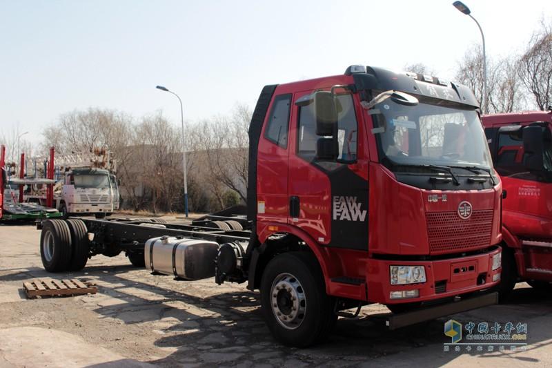 同时4X2的解放J6L二类底盘载货车也是天津劳尔的重点采购对象,后桥采用气囊悬架。