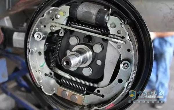 盘式制动器与鼓式制动器的各自优势和区别图片