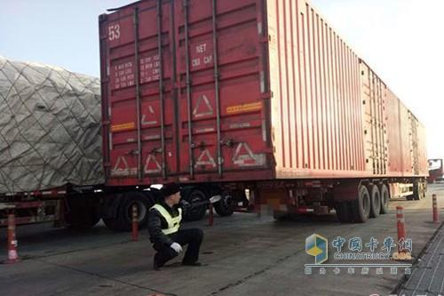 货厢超长5米 山东一货车刚下高速就被抓