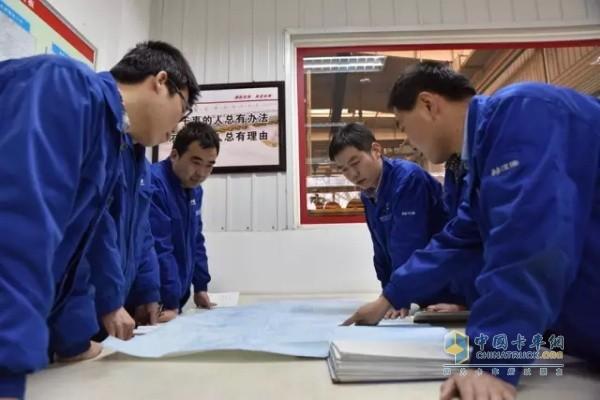 工作人员对新产品控制计划进行讨论