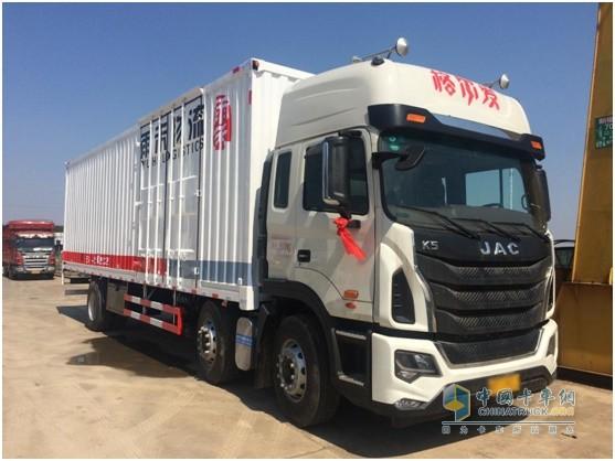 搭载重汽曼技术MC07发动机的格尔发280马力6X2载货车