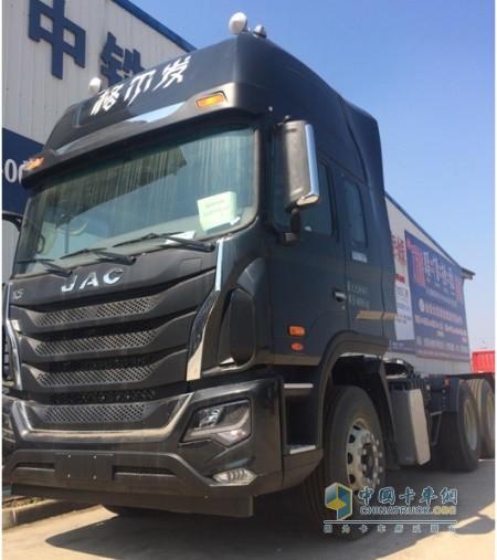 搭载重汽曼技术MC11发动机的格尔发440马力6X4载货车
