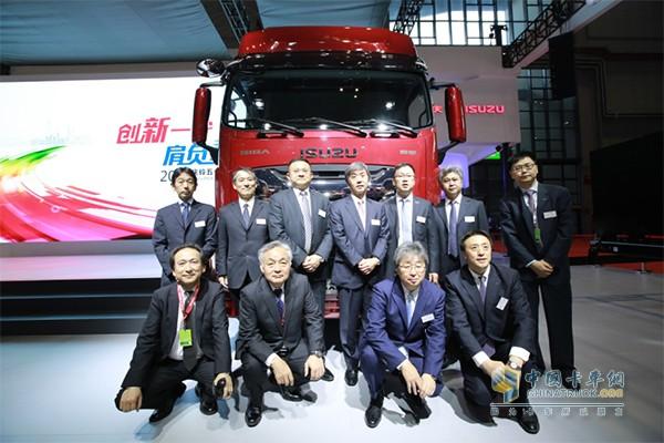 庆铃汽车与日本五十铃公司双方领导在GIGA巨咖前合影