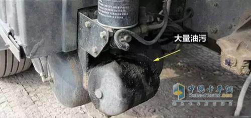 平时检查卸压阀排气口时,注意油污情况是否严重,严重油污时需维修空压机,必要时进行更换。