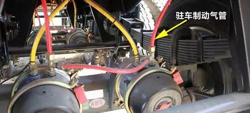 主动回位动作受多个部件影响,首先压缩空气足够下,踩下制动踏板,并迅速松开踏板,注意观察继动阀或者快放阀排气状况,如果放气慢,要及时维修及更换。