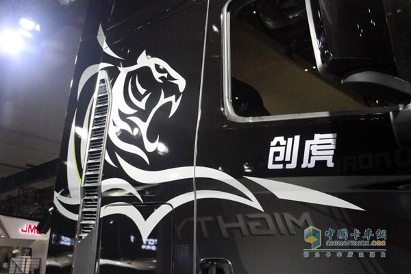 黑漆白虎更显威猛,远看就知道这车和虎有关