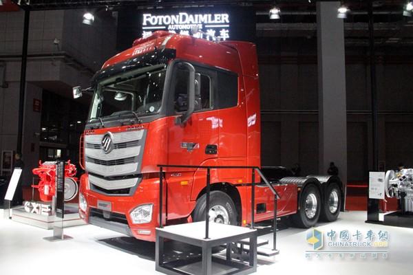 同样是欧曼EST-A超级卡车,显然奔驰版更胜一筹,容易让人记忆