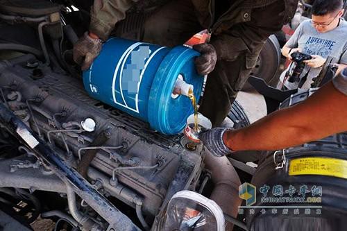 机油在发动机工作的时候,会受到高温燃烧及各种金属的催化作用