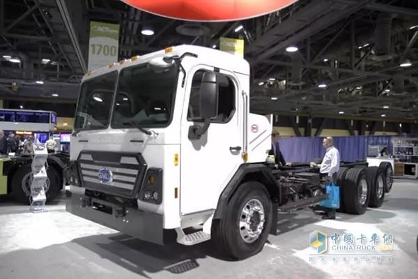 展会现场不断有行业买家咨询卡车的购买事宜