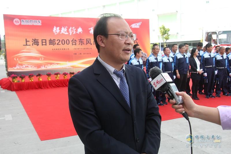 东风商用车客户总监张亚涛为记者讲解1+N服务保障体系