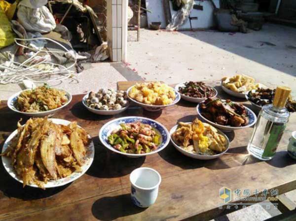 从微信朋友圈晒的美食图看得出吴乃田非常热爱生活