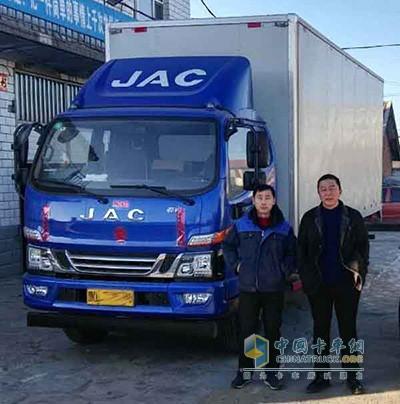 王利臣(右)与自己的江淮商用车