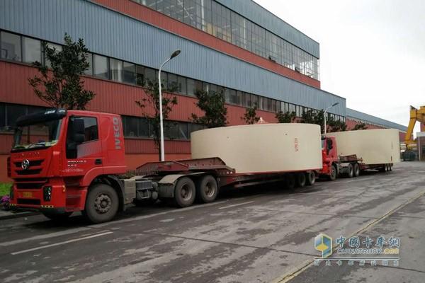 两台红岩杰狮装载60吨的货物前往新疆