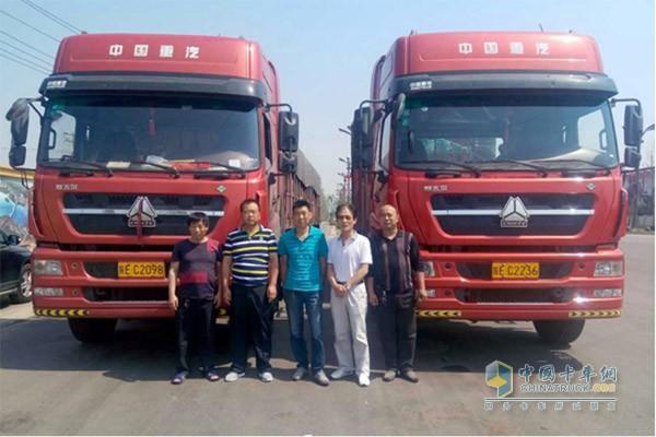孙高彦(左二)与他的斯太尔D7B LNG车队