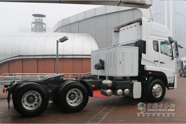 斯太尔D7B自身配有950L超大容积单体罐,自重轻、容积大