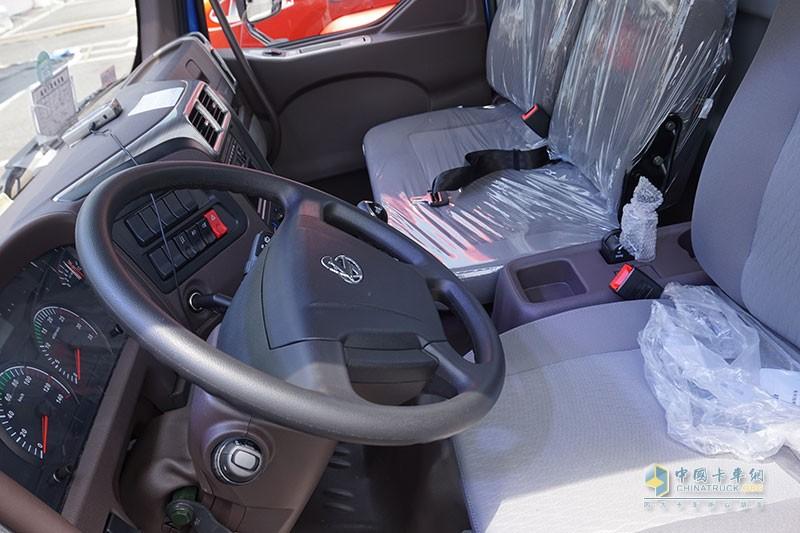 主驾环绕式布局,操作便捷,乘坐舒适