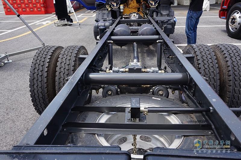 车架大梁上翼面无铆钉 方便上装改装性更好