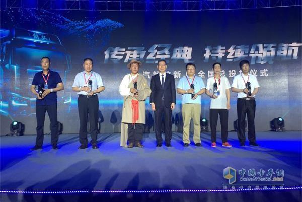 一汽解放汽车公司党委书记、总经理胡汉杰先生为J6英雄颁发奖品和奖杯