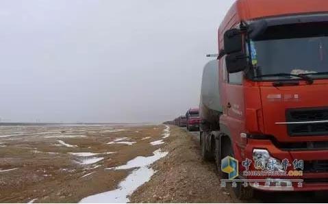 青藏线上的卡车车队