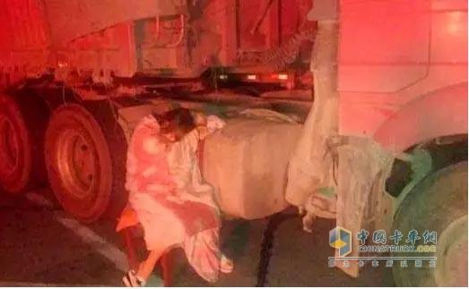 守护油箱的卡车司机