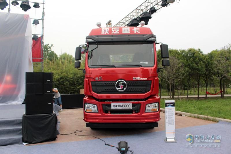 2017年7月17日,在人杰地灵的郑州,一段激情澎湃的功夫表演拉开了陕汽德龙新M3000 2017款产品上市发布会的帷幕。