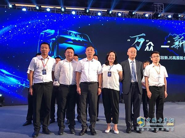 一汽解放西南营销部部长李学武(左三)