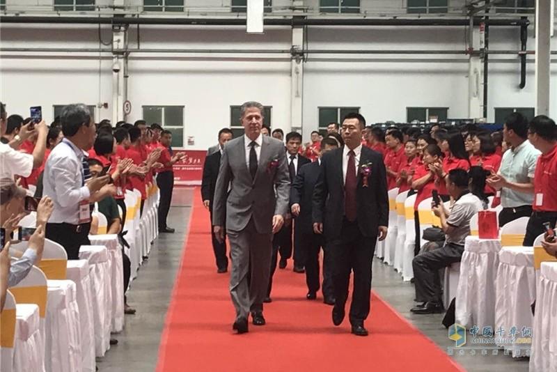 康明斯集团副总裁曹思德先生(左)