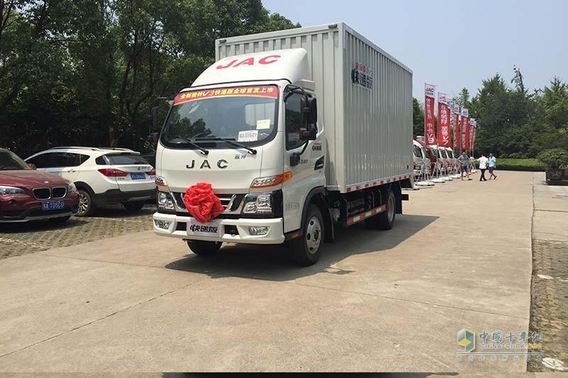 江淮汽车 骏铃V3 102马力 4X2国V厢式载货车(快递版) 正前45度