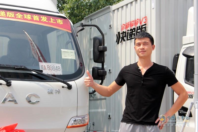 来自武汉薇莉雅纸箱包装有限公司的杜治文,是武汉首台骏铃V3快递版使用者,