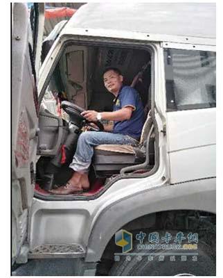 郑天恩在驾驶途中
