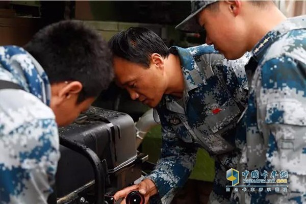 阅兵使用的车辆正在检查   2017年6月21日,无人机方队和雷达方队在北京进行技术状态统一后,来到朱日和训练基地。在这儿,所有受阅装备将开始受阅前的技术细化和合演彩排。了解实际阅兵环境、与方队官兵进行合演深度沟通、进一步细化装备保障要素成了摆在保障队面前的挑战。特别是与企业保障大队及受阅部队的技术沟通,按要求,所有企业的保障团队归属阅兵保障大队统一管理,现场与受阅部队做好对接,保证人员受控、装备无隐患。如何组织,做到合理安排?