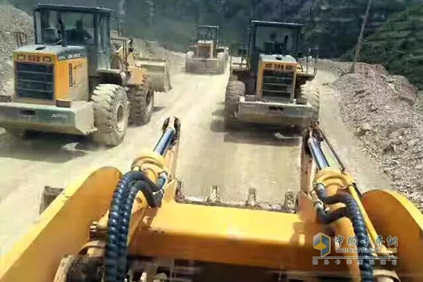 装配潍柴发动机的工程装备挺进灾区
