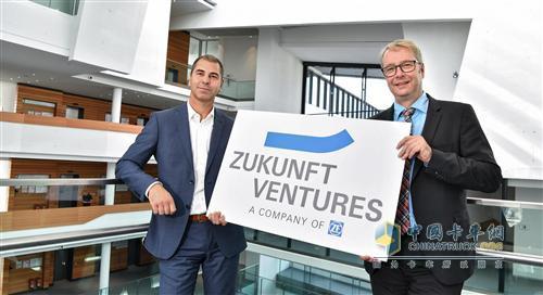 采埃孚(ZF)首席执行官斯特凡•索默Stefan Sommer博士(右)和Zukunft Ventures GmbH总经理Torsten Gollewski(左)