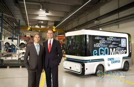 e.GO Mobile AG首席执行官GüntherSchuh教授(右)和采埃孚高级工程和设计部门负责人且同时作为采埃孚风险投资公司Zukunft Ventures GmbH总经理的Torsten Gollewski(左)介绍了人员及货运运输器。自动驾驶车辆将成为采埃孚和e.GO所设想的e.GO Moove合资公司构建的联合产品。