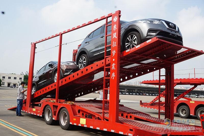 东风商用车中置轴轿运车装车