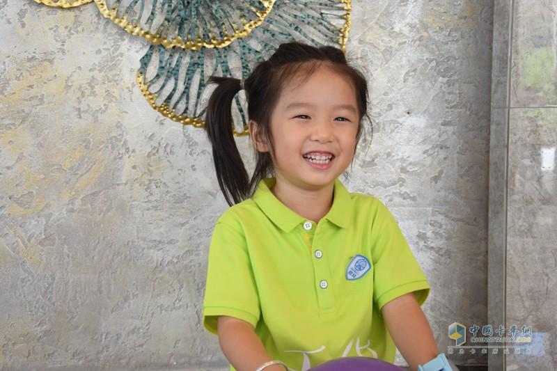 江铃轻卡家族第四季笑容最甜的孩子,每次看到记者们就会露出笑容,将来肯定是一个大明星呢。