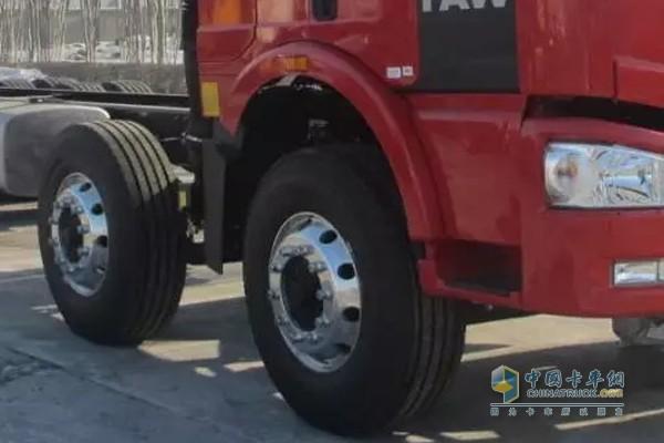 卡车秋季用车要及时更换轮胎确保行车安全