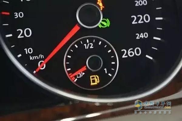 卡车要勤于查看油表是否到底