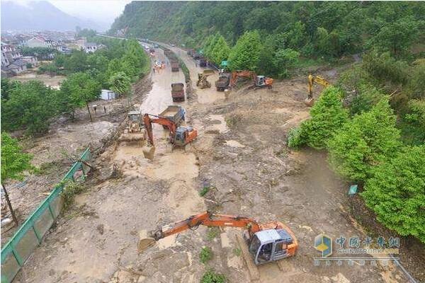 麻竹高速突发泥石流