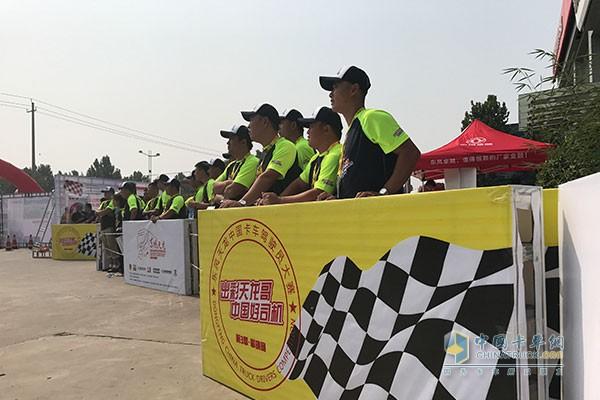 等待参赛的选手正在观看场上选手表现