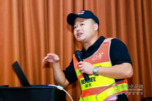 欧马可事业本部河南区域服务经理李国树先生现场介绍欧马可S5的驾驶技巧