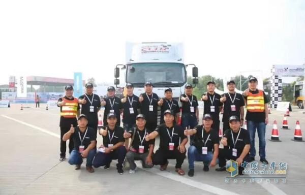 欧马可超级卡车训练营的学员们合影留念