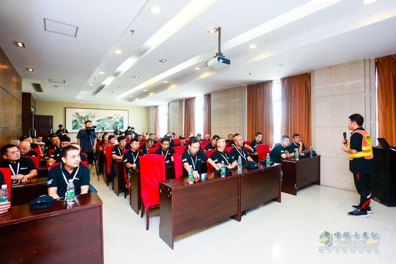 超级卡车训练营学员接受专业讲师的培训