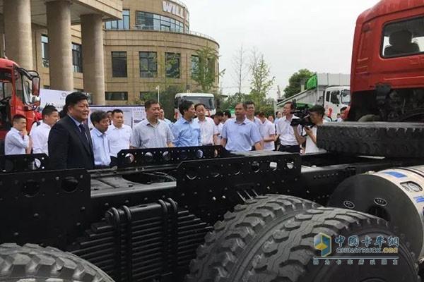 参会领导参观全新东风LNG清洁能源车