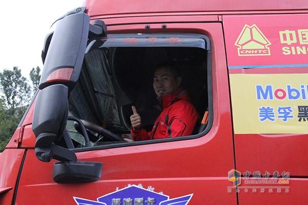 攀岩车驾驶员点赞中国重汽