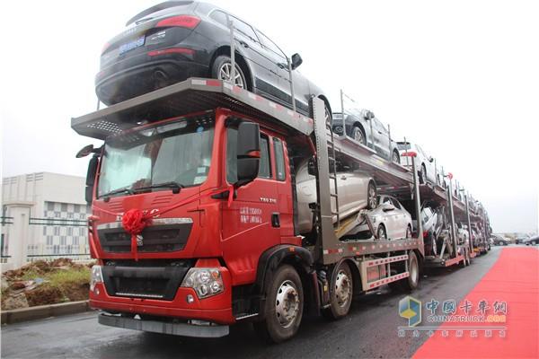 中国重汽豪沃T5G中置轴轿运车