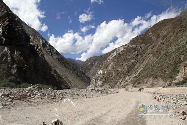 刚进入西藏,道路情况很糟